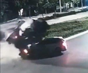 【動画】道に入ってきた車を避けようとしたミキサー車が横転、車を押し潰してしまう衝撃事故映像