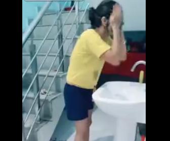 【動画】顔を洗っている女性の手に黒いインクを垂らすと…【イタズラ】