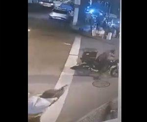 【動画】バイクを奪おうとする強盗2人に気付いた警察官が銃を撃ちまくる衝撃映像