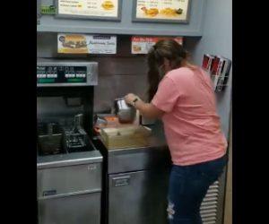 【動画】ファーストフード店の厨房にネズミが現れ店員が退治しようとするが…