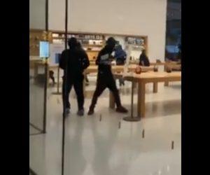 【動画】強盗達がアップルストアの商品を一斉に盗み逃走してしまう衝撃映像