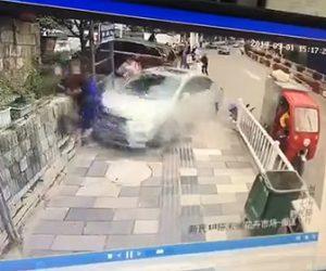 【動画】女性が運転する車がコントロールを失い歩道を歩く人達を次々とはね飛ばしてしまう衝撃事故映像