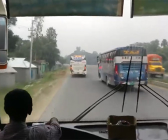 【動画】バングラデシュの猛スピードで走るバスがヤバすぎる