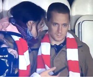 【動画】スタジアム観客席で試合に集中したい彼氏に彼女が話しかけるが…