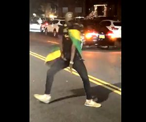 【動画】車道でノリノリで踊る男性。猛スピードの車にはね飛ばされる衝撃映像
