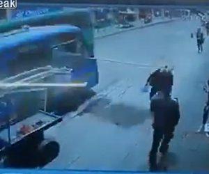 【動画】猛スピードのバスが鉄板をはね飛ばし歩道を歩く女性の顔に激突してしまう衝撃映像