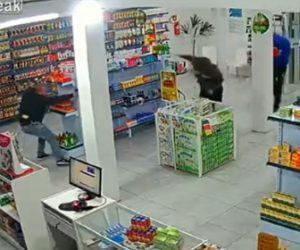 【動画】店に銃を持った強盗が現れ、店にいた警察官と至近距離で激しい銃撃戦になる衝撃映像