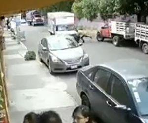【動画】男性が走ってきたトラックに頭から突っ込んで行く衝撃映像