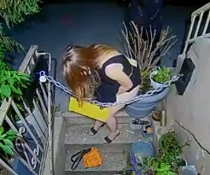 【動画】少女が我慢できず玄関前の植木鉢にオシ〇コをしてしまう衝撃映像