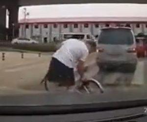 【動画】クラクションを鳴らされた自転車に乗る男が衝撃の行動