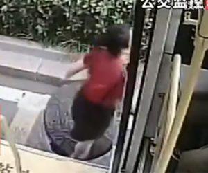 【動画】バスから降りた女性がマンホールの蓋がズレ、はまってしまう衝撃映像