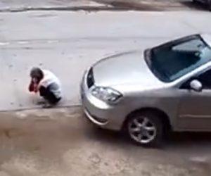 【動画】車の前でしゃがみ込んだおじいさんが動き出した車に轢かれてしまう衝撃映像