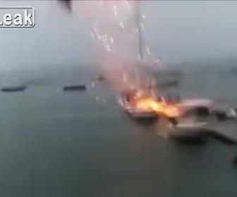 【動画】港に停泊しているヨットに雷が直撃する衝撃映像