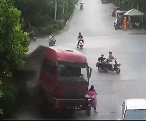 【動画】交差点で大型トラックが横転、スクーターがはね飛ばされ積み荷の土に埋もれてしまう