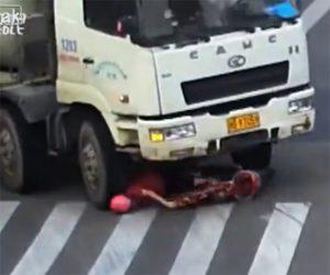 【動画】右折するミキサー車がスクーターを巻き込み運転手の女性が頭を轢かれてしまうが…