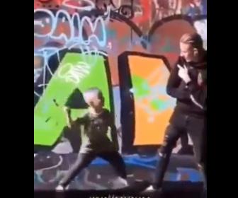 【動画】男性にハンマーを持った少年が襲いかかろうとするが…