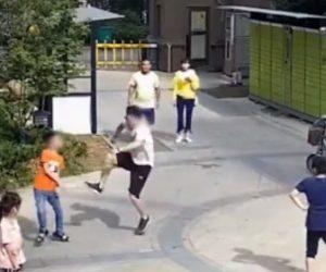 【動画】自転車の後ろに乗る彼女に少年が蹴ったサッカーボールがぶつかり怒った彼氏が…