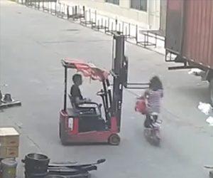 【動画】バイクを運転する女性がフォークリストに気付かず猛スピードで顔面を激突してしまう衝撃事故映像