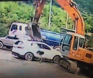 【動画】ショベルカーが前を走る車に襲いかかり襲われた車の運転手は必死に逃げる衝撃映像
