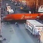 【動画】バイクが踏切で止まれず走る電車に突っ込んでしまう衝撃映像