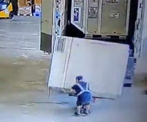 【動画】トラック荷台から作業員が重い荷物を降ろそうとするが失敗し…