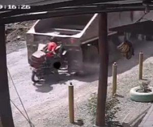 【動画】大型トラックが突然バックし後ろにいたバイクライダーは必死に逃げる衝撃映像