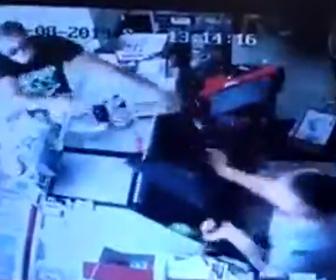 【動画】ナイフを持った武装強盗 VS 椅子を振り回すレジ店員 店内で激しい戦い