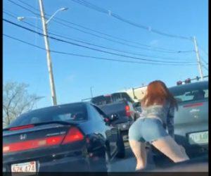 【動画】ロードレイジで怒った女性ドライバーが中指を立てお尻を振る衝撃映像