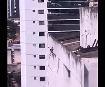 【動画】救急隊員が止めるがうつ病の女性が建物の屋上から飛び降りてしまう衝撃映像