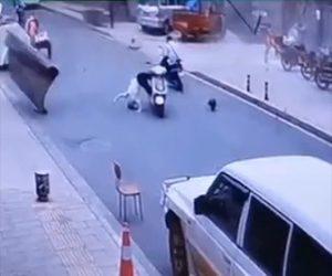 【動画】ガソリンスタンドが爆発し破片がスクーターに乗る男性に直撃してしまう衝撃映像