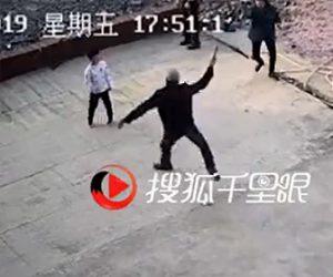 【動画】鎌を振り回す男が6歳の少年に襲いかかる。周りの人達が必死に止めるが…