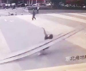 【動画】ビルの外壁が落下し下を歩く女性に直撃してしまう衝撃映像