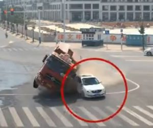 【動画】交差点で大型トラックと車が激突。トラックが横転し車が押し潰されそうになるが…
