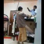【動画】2段ベッドの上にいる男に男性が殴りかかるが…