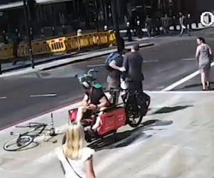 【動画】信号無視の自転車が歩行者と接触。怒った自転車に乗る男が…