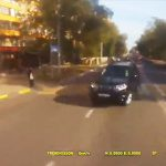 【動画】前の車を避けようとしたゴミ収集車が反対車線のSUV車と正面衝突してしまう衝撃映像