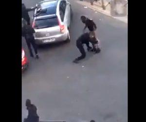 【動画】黒人男性VS白人警察官 警察官が黒人男性にタックルをするが…