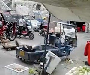 【動画】5歳の子供が3輪バイクを動かしてしまい女性を轢いてしまう衝撃映像