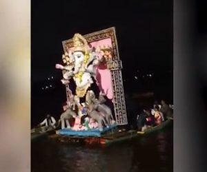 【動画】巨大なガネーシャが乗るボートが転覆、助けに行ったボートも転覆し19人が溺れてしまう