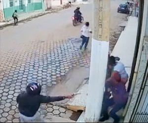 【動画】柱を挟んで2人の男が至近距離で銃撃戦