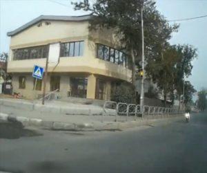 【動画】左折する車に直進する猛スピードのバイクが突っ込んでしまう衝撃事故映像