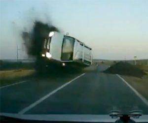 【動画】猛スピードの車が進入禁止の標識を無視した結果…