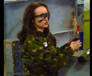 【動画】ロシア女性が手榴弾を投げるが目の前の壁にぶつかり跳ね返ってくる