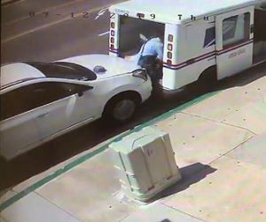 【動画】郵便配達員が猛スピードの車に突っ込まれてしまう衝撃事故映像