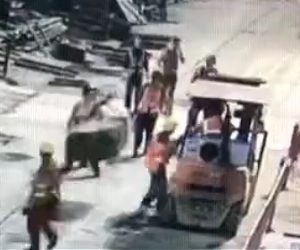 【動画】クレーンの操作を誤まり吊り上げた荷物が作業員に直撃してしまう衝撃映像