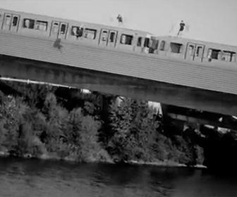 【動画】走っている電車の屋根から川に飛び込む男達がヤバすぎる衝撃映像