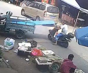 【動画】バイク運転手がブリキの板に気づかず首を斬ってしまう