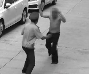 【動画】両手に包丁を持った上半身裸のおじいさんが警備員に襲いかかる衝撃映像