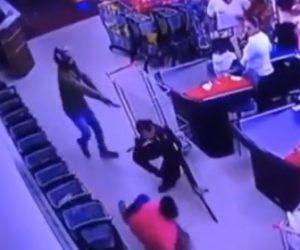 【動画】店内で強盗と男性が至近距離で銃撃戦。男性2人が撃たれてしまう衝撃映像