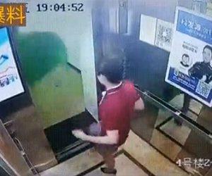 【動画】男がエレベーターのドアが開いた瞬間ゴミ袋を蹴り出す衝撃映像